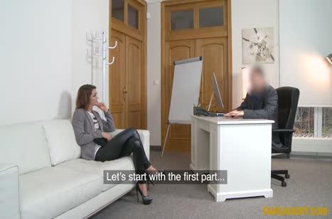 Стройная деваха в кожаных леггинсах проходит порно кастинг