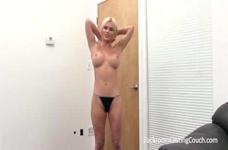 Красотка с большими сиськами проходит смачный порно кастинг #2