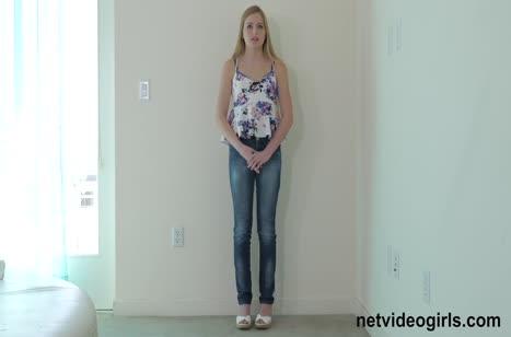 Scarlett Sage показала тело и опробовала большой член