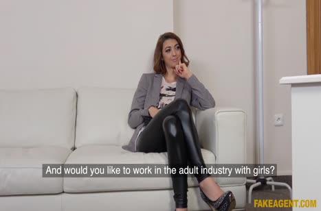 Бабенка в кожаных лосинах проходит порно кастинг #2