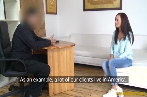 Брюнетка согласилась на секс лишь бы получить работу