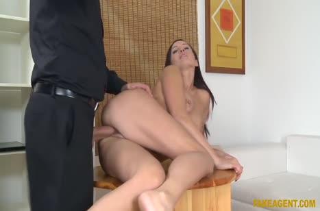 Брюнетка согласилась на секс лишь бы получить работу #6
