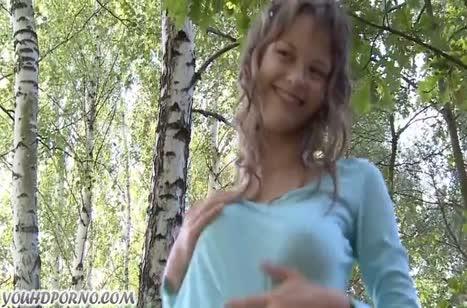Молодые девушки замутили с пареньком оргию на природе