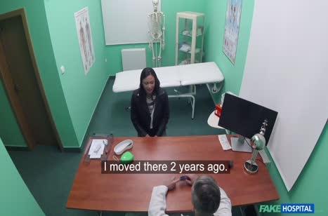 Брюнетку мощно трахнули на приеме у врача перед камерой