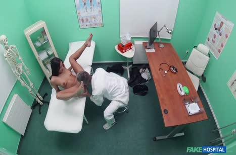 Брюнетку мощно трахнули на приеме у врача перед камерой #5