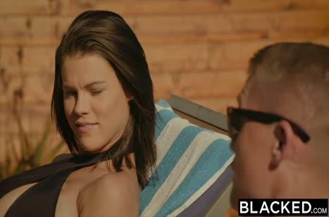 Peta Jensen в сексуальном купальнике развлекается с черными