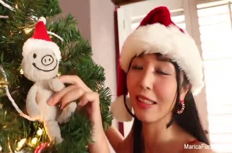 Азиаточка Marica Hase устроила новогоднюю мастурбацию