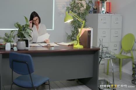 Сексуальная начальница замутила порнуху прямо на работе