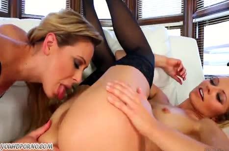 Две сочные зрелые лесбиянки классно трахаются секс игрушкой #2