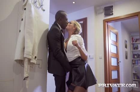 Горячая блондиночка пришла на секс свидание к негру #3